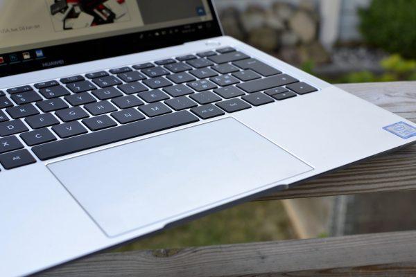 Med en 4,7 x 3 tum pekplatta är det lekande lätt att använda Matebook X Pro.