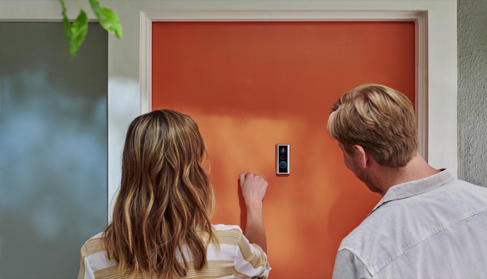 Besökare ringer på dörrkamera från Ring